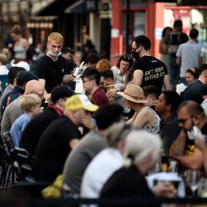 Under helgen var det ännu fullt på restauranger i London. Den här bilden togs i Soho på söndagen.