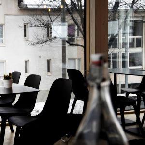 Tomma stolar i på restaurang.