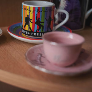 Erilaisia kahvikuppeja, joissa kuvia Elvis Presley-artistista.