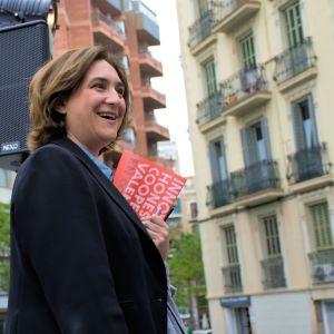 Ada Colau anländer till torgmötet i kvarteret Poble Sec i Barcelona, Spaniens andra stad, utan säkerhetsvakter. Hon är känd för att bedriva politik nära folket.