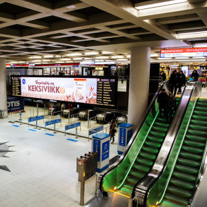 Kuvassa on Rautatientorin metroaseman sisäänkäynti.