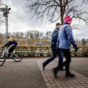 Cyklister och ett äldre par vandrar längs Aura å