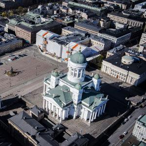Kuvassa on Helsingin Tuomiokirkko ja Senaatintori toukokuussa 2020.