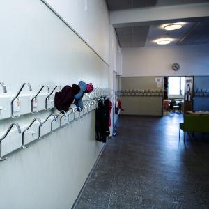 En tom skolkorridor.