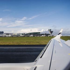 Kuvassa on Helsinki-Vantaan lentoasema kentältä päin kuvattuna syyskuussa 2020.