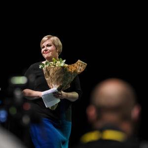 Kuvassa on Keskustan vastavalittu puheenjohtaja Annika Saarikko.