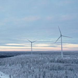 Vindmöllor i snöigt landskap