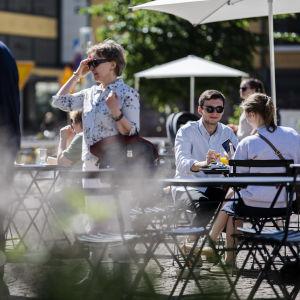 Folk umgås vid Kaserntorget i Helsingfors.