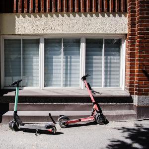 Elsparkcyklar på gatan.