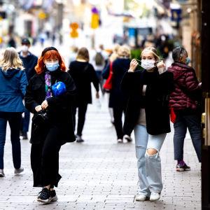 Människor går på Alexandersgatan i Helsingfors.