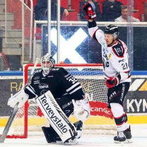 Ässäts Niklas Appelgren firar mål.