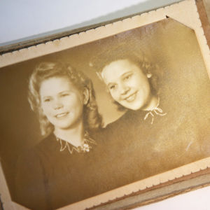 Ett gammalt svartvitt porträttfoto av två unga damer.