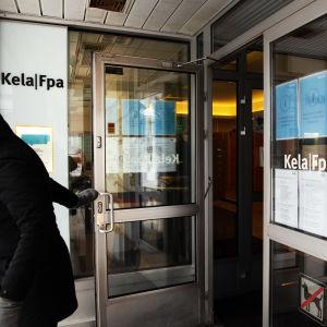 En person går ut genom utgången vid FPA:s kontor.