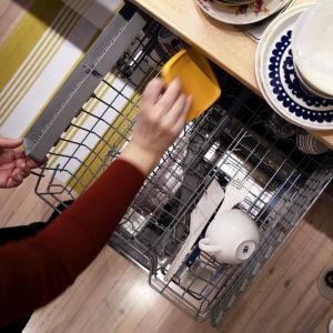 Astianpesukonetta täytetään keittiössä.