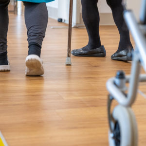 Kävelijöitä Myyrmäen vanhustenkeskuksessa.