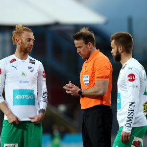 IFK Mariehamn-spelare omringar domaren.
