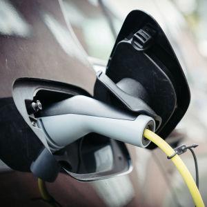 sähköauton lataus