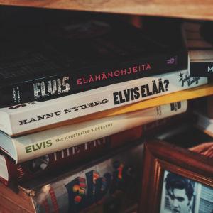Pino kirjoja joista jokainen kertoo Elvis Presleystä.
