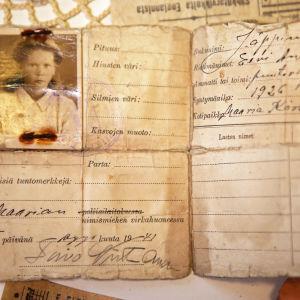 Eevi Jäppinens identitetskort från 1941, med ett foto av en 15-årig flicka.