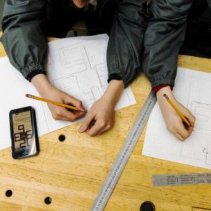 Elever jobbar med skolarbete