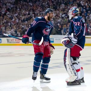Nick Foligno och Sergej Bobrovskij firar en vinst mot Boston Bruins.