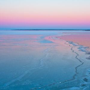 Isigt hav och en ljusröd himmel.