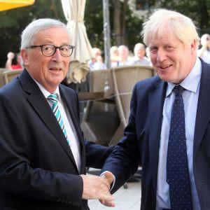 Storbritanniens premiärminister Boris Johnson skakar hand med EU-kommissionens ordförande Jean-Claude Juncker i Luxemburg.