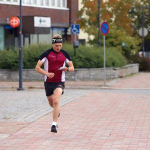 Juvan Urheilijoiden Topi Huttunen testijuoksee Juvan SM-sprinttien reittiä Juvan keskustassa.