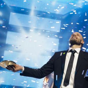 Teemu Pukki firar med Årets idrottare-pokalen.