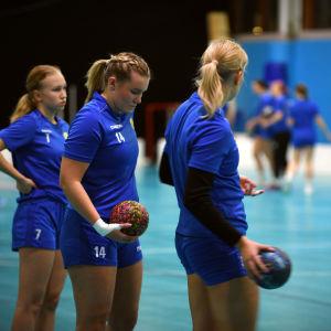 Rebecca Lönnqvist (nr 14) på KyIF:s träningar, november 2020.