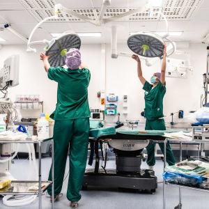 Två sjukskötare förbereder en opereringssal på Jorvs sjukhus.