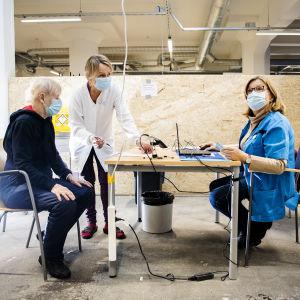 Helena Mäki blir vaccinerad mot coronavirus på Busholmen i Helsingfors den 1 februari.