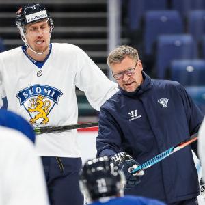 Jukka Jalonen instruerar spelare under träningar.