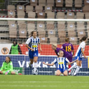Essi Sainio jublar efter mål mot Åland United.