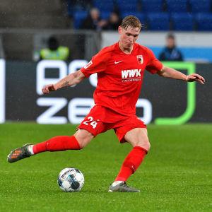 Fredrik Jensen sparkar bollen.
