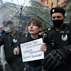 Nainen osoittaa mieltään Svetalana Prokopyevan puolesta Moskovassa 3. heinäkuuta 2020.
