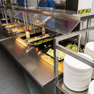 Mat är placerat på ett serveringsbord.