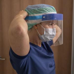 En läkare med skyddsvisir.