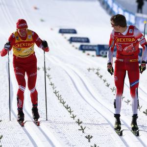 Johannes Hösflot Kläbo före Aleksandr Bolsjunov på upploppet.