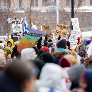 Mielenosoittajia kylttien kanssa.