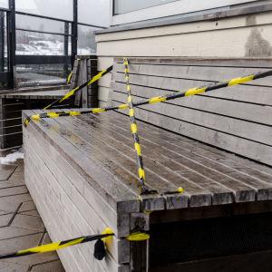 Asiakkailta suljettu terassitila Helsingissä maaliskuussa 2021.