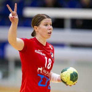HIFK:s Linda Cainberg styr upp spelet under en seriematch hösten 2018.