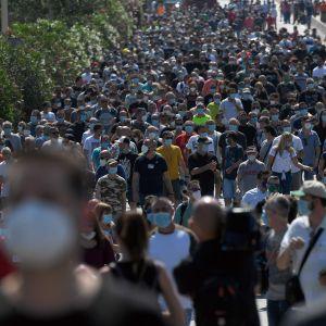 Hundratals Nissan-anställda i Barcelona samlades för att protestera mot den japanska biljättens planer på att stänga sin fabrik i Spanien.