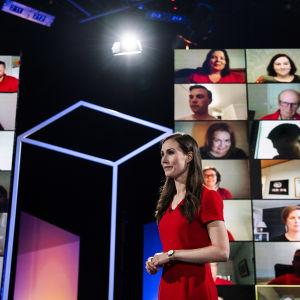 SDP:n puheenjohtaja Sanna Marin osallistui Pasilassa Ylen kuntavaalitenttiin 20. toukokuuta. Studio-ohjaaja Tony Hällfors ohjeisti Marinia studiolla ennen lähetystä.