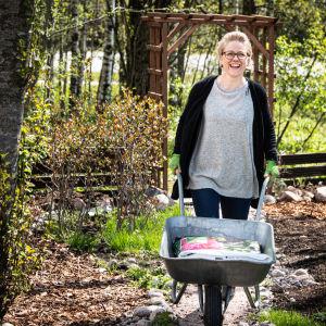 Leena Rintala kaivaa kuoppaa kotitalonsa pihalla.