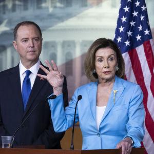 Adam Schiff, ordförande för representanthusets underrättelseutskott och talman Nancy Pelosi höll en presskonferens om riksrättsutredningen också den 2 oktober.