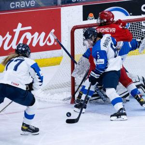 Susanna Tapani och Jenni Hiirikoski försvarar framför eget mål.