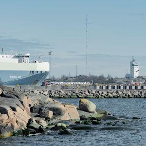 En båt anlöper hamnen.