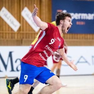 Filip Söderlund firar mål.