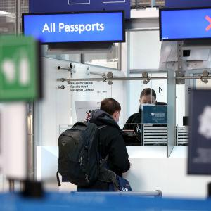 Venäläisiä matkustajia passintarkastuksessa Helsinki-Vantaan lentoasemalla.